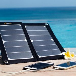 USB zonnepaneel opladen telefoons strand zon charge phones portable USB solar panel