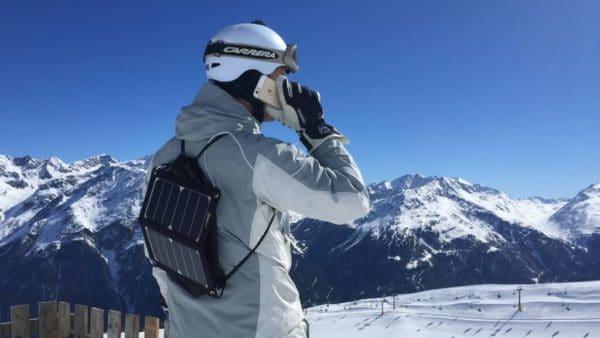 Opladen telefoon met mobiel USB zonnepaneel charge solar panel sneew snowboard ski wintersport